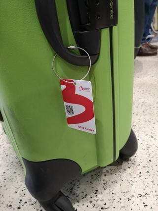 Vandaag maakt de uitgekiende combinatie van de RFID-chip in het bTag-label en de strategisch aangebrachte sensoren in de luchthaven het mogelijk elk bagagestuk te lokaliseren, vanaf de aankomst op de luchthaven tot op de bagagecarrousel.