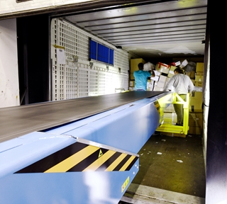 Dagelijks passeren er bij ECO DTLO zo'n 10.000 pakketten, op piekdagen kunnen dat er tot 12.000 zijn. Via elk van de twee loskades passeren er met andere woorden 5.000 à 6.000 pakketten per dag, die twee telescoopbanden helpen opvangen.