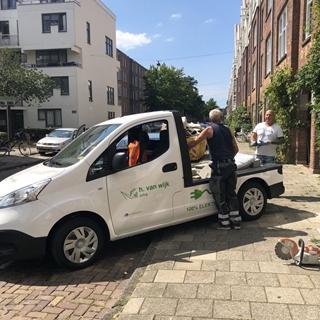 Meer dan negentig procent van de ritten naar de Amsterdamse zero emissie zone komt van buiten Amsterdam. De meeste bestelwagens staan in de straat bij de schilder of monteur thuis. De buurgemeenten moeten dus mee willen investeren in die laadinfrastructuur.