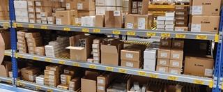 Vrij uniek is dat BlueStar zijn medewerkers verschillende technologische middelen aanbiedt ter ondersteuning. Binnen de magazijnmuren wordt voor de identificatie gebruik gemaakt van handterminals, terminals op de trucks en van een visiesysteem.