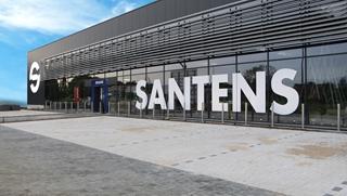 Om de groei op te vangen, heeft Santens Metaalwaren twee jaar geleden een nieuw distributiecentrum langs de E40 in Merelbeke in gebruik genomen. Daar houdt de organisatie zo'n 14.000 referenties van een 350-tal actieve leveranciers op voorraad.