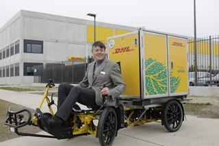"""Danny Van Himste, managing director van DHL Express Belux: """"Blue Gate Antwerp is de uitgelezen locatie om het stadscentrum te beleveren met onze cubicycles."""" Die cubicycle, een elektrische cargofiets met vier wielen, is voorzien van een speciale container om tot 125kg goederen te vervoeren."""