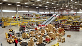 Het volledig geautomatiseerde sorteercentrum, uitgerust met 500 meter transportband en een five-sided scanner, kan tot 50.000 pakjes per week verwerken.