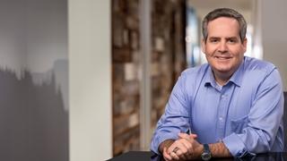 """Daniel Stanton, professor Bradley University: """"Multinationals willen digitalisering binnen hun supply chain accelereren. Tegelijk kiezen ze er via leveranciersdiversiteit voor om te werken met kleinere ondernemingen met beperktere financiële en operationele daadkracht. Het ligt niet altijd voor de hand beide te verenigen."""""""