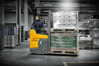 Door de wielarmheffing omhoog te zetten kan de nieuwe ERD 220i twee pallets boven elkaar vervoeren. Vooral bij het laden en lossen van vrachtwagens verhoogt dat de efficiëntie.