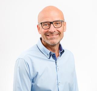 """Christiaan Dorval, account manager Intralogistics bij Lalesse Logistic Solutions: """"De trend naar e-commerce zet magazijnen enorm onder druk. Heel wat automatische systemen kunnen daar een goed antwoord op bieden. Zij hebben geen pauzes of rusttijden nodig, wat toelaat pieken over een langere termijn uit te vlakken."""""""