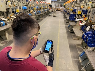 Een handheld device verbindt de operator met het MES. Hij capteert er data mee en volgt er zijn takenlijst mee op.