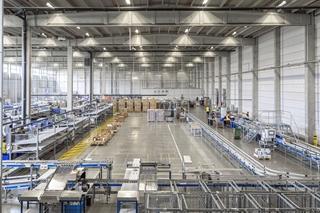 In veruit de meeste magazijnen van de logistiek dienstverlener vinden we apparatuur terug die door Dalosy werd geleverd. Op alle sites samen zijn er een duizendtal barcodescanners – waarvan een honderdtal terminals op heftrucks – en zo'n 650 labelprinters operationeel.